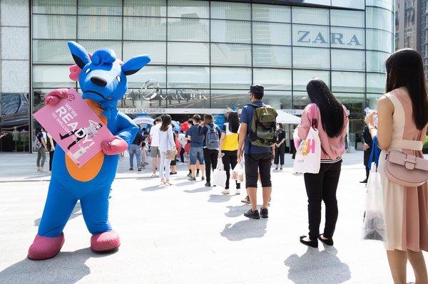月17日(週日)泰國解封,曼谷的暹羅百麗宮、Emporium和EmQuartier等商場重新開放,The Mall Group的員工和顧客帶上了口罩,並採取了其他嚴格的安全措施。