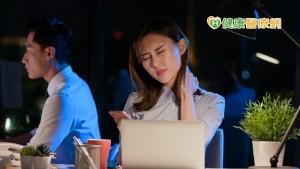 低頭划手機 「頸椎症候群」6大方法不惡化
