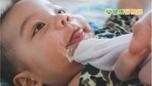 新生兒持續吐奶別以為正常! 當心「急性中腸扭轉」致命